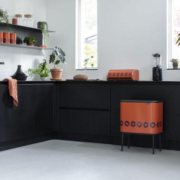 cuisine noir mat ouverte accessoire orange brabantia a 100 ans