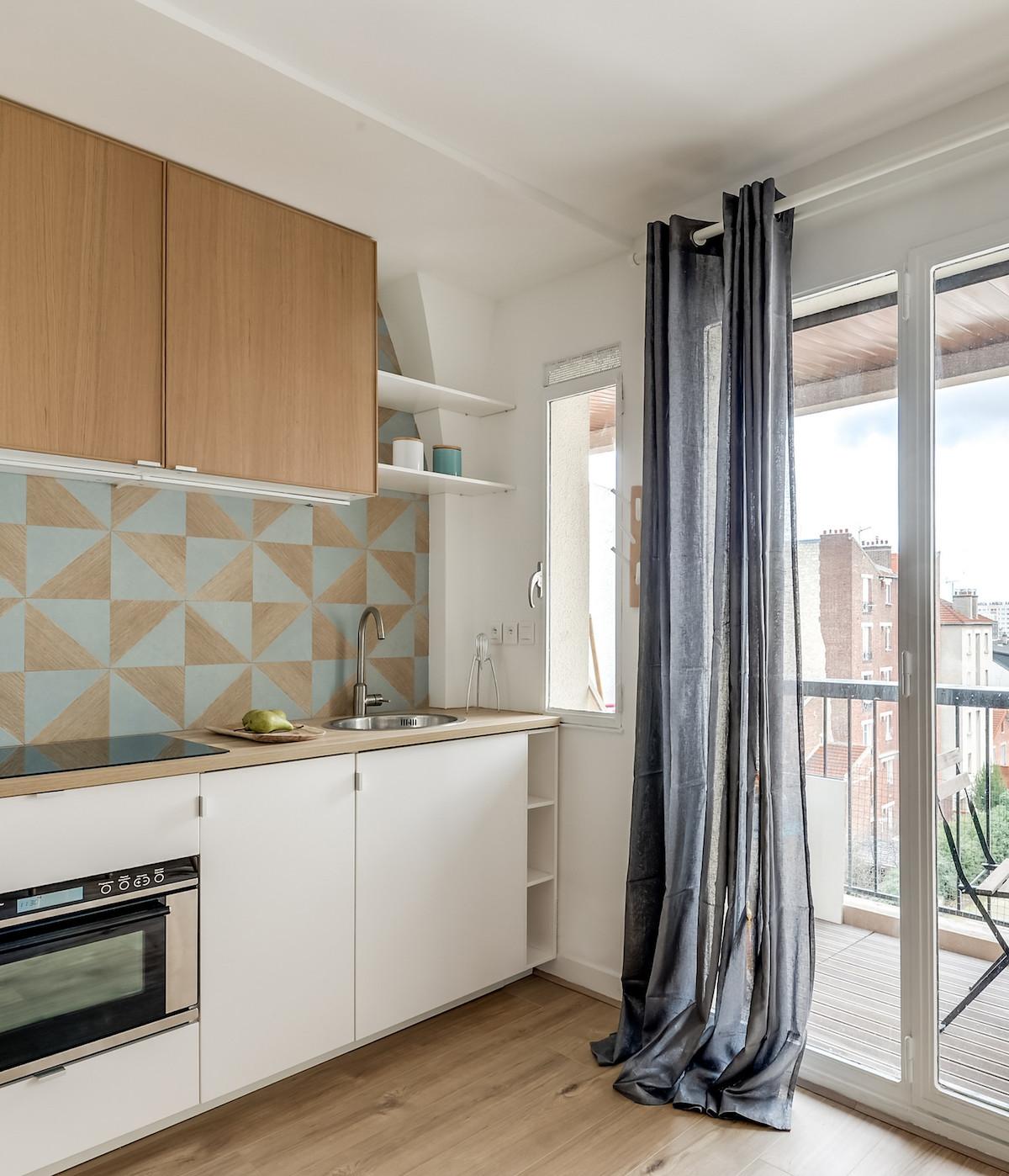 clemaroundthecorner cuisine ouverte mur géométrique bleu bois parquet chêne clair