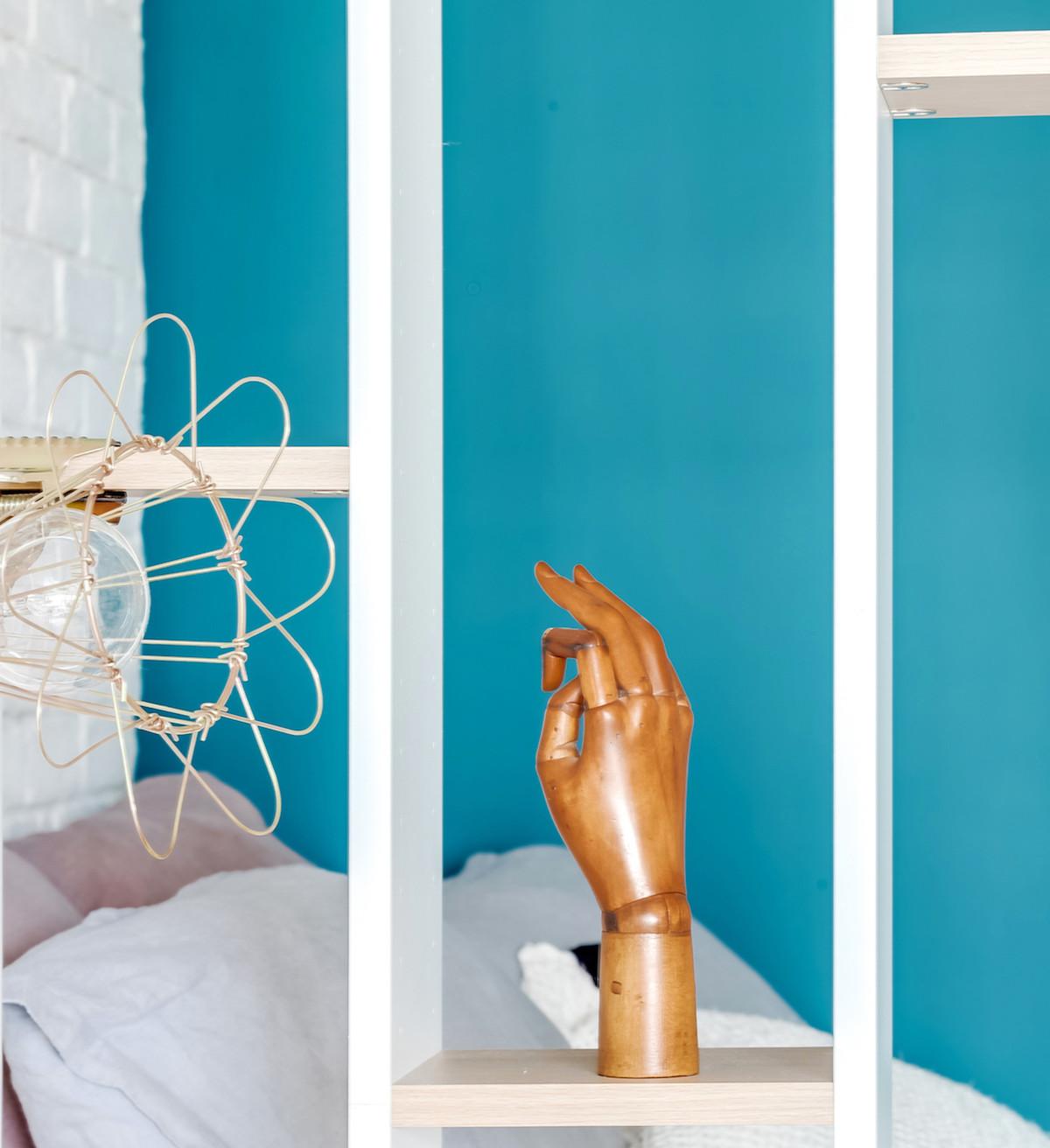 clemaroundthecorner cloison astucieuse bibliothèque moderne mur turquoise astuce optimisation espace
