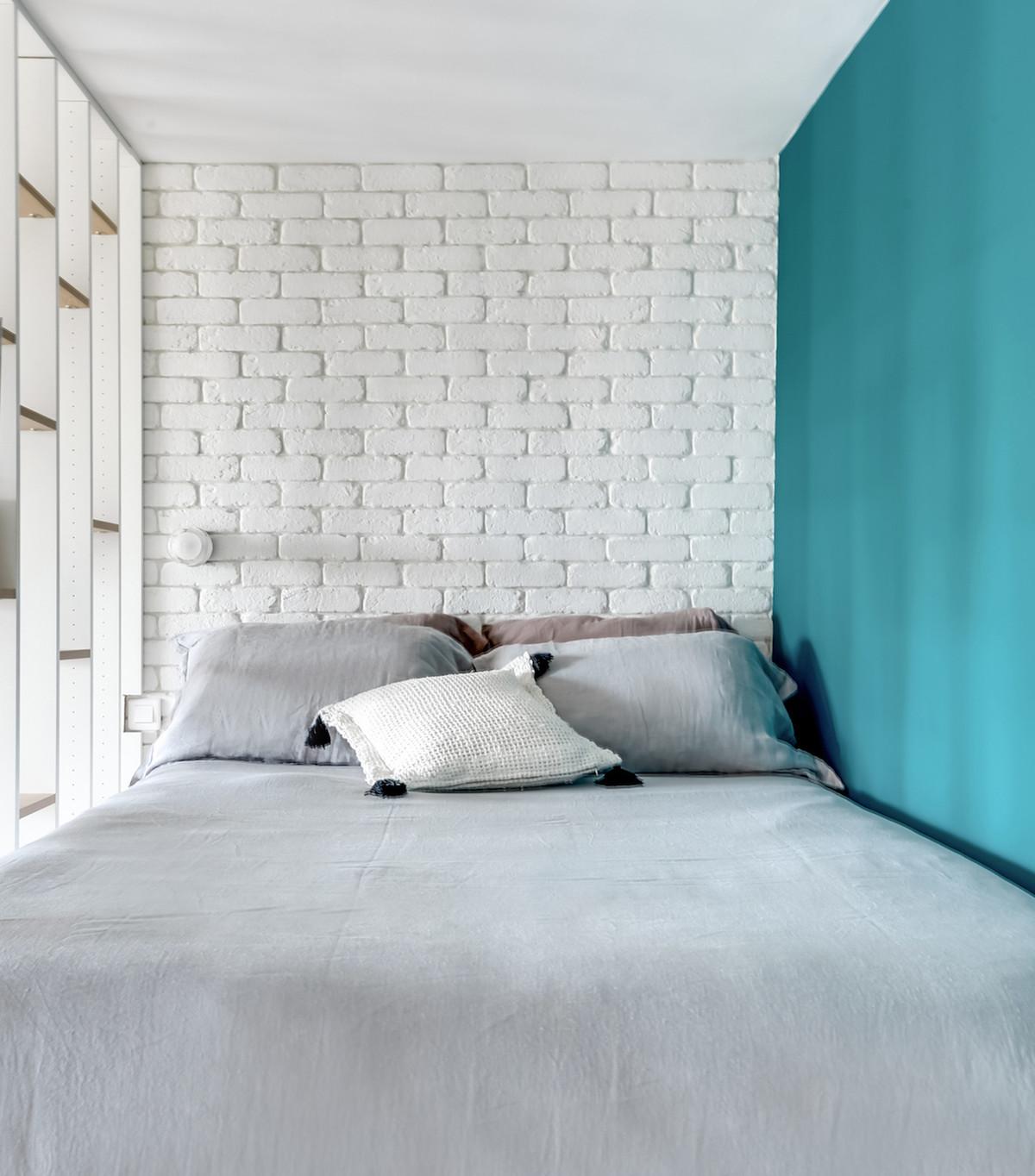 clemaroundthecorner chambre blanche turquoise lit gris étagère astuce optimisation espace