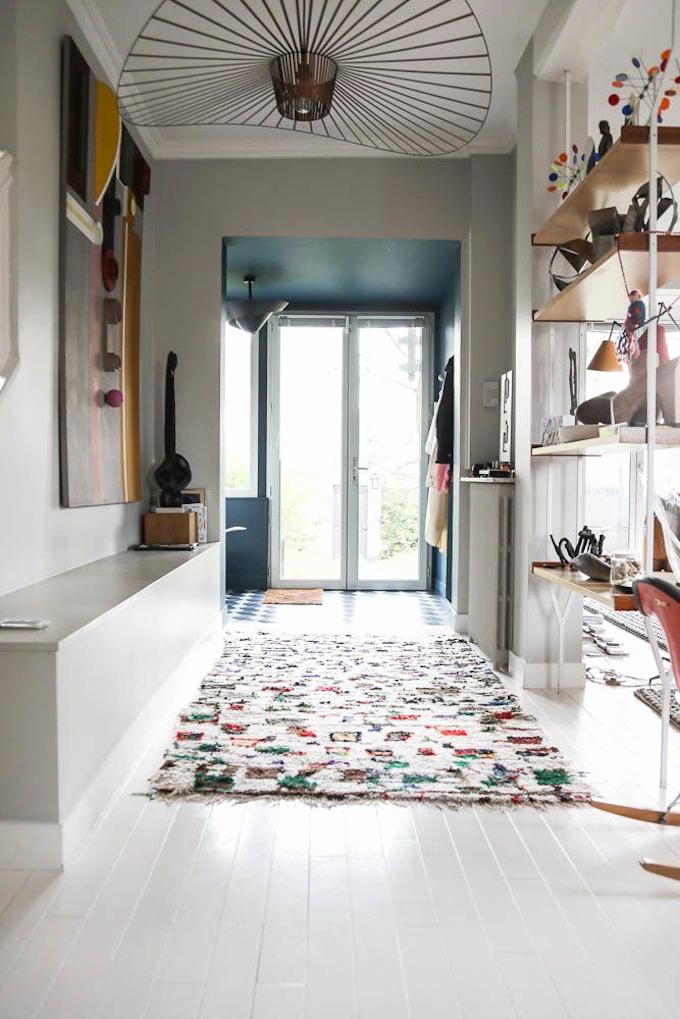 tapis berbère colorés couloir parquet blanc lampe suspension design métallique noir blog déco