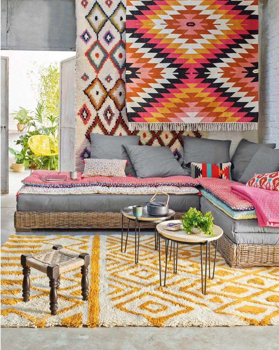 clemaroundthecorner salon ethnique canapé rotin coussin gris outdoor tapis jaune