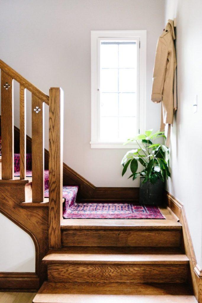 clemaroundthecorner escalier bois déco tapis ethnique rouge maison