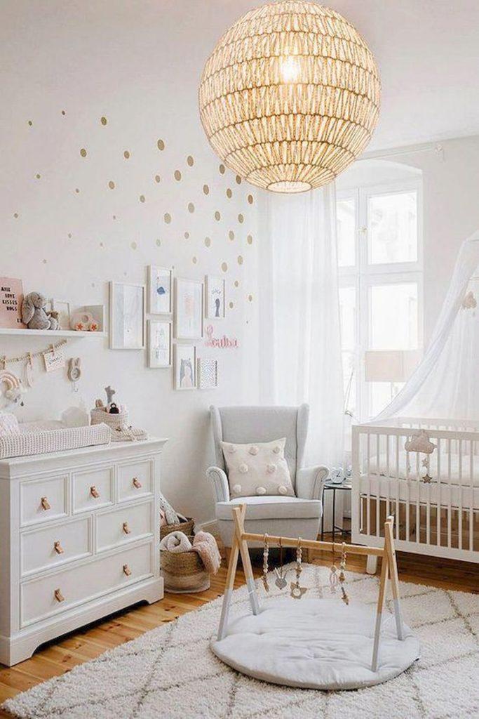 blog déco chambre enfant blanche épurée voile transparent lit bébé tapis berbère