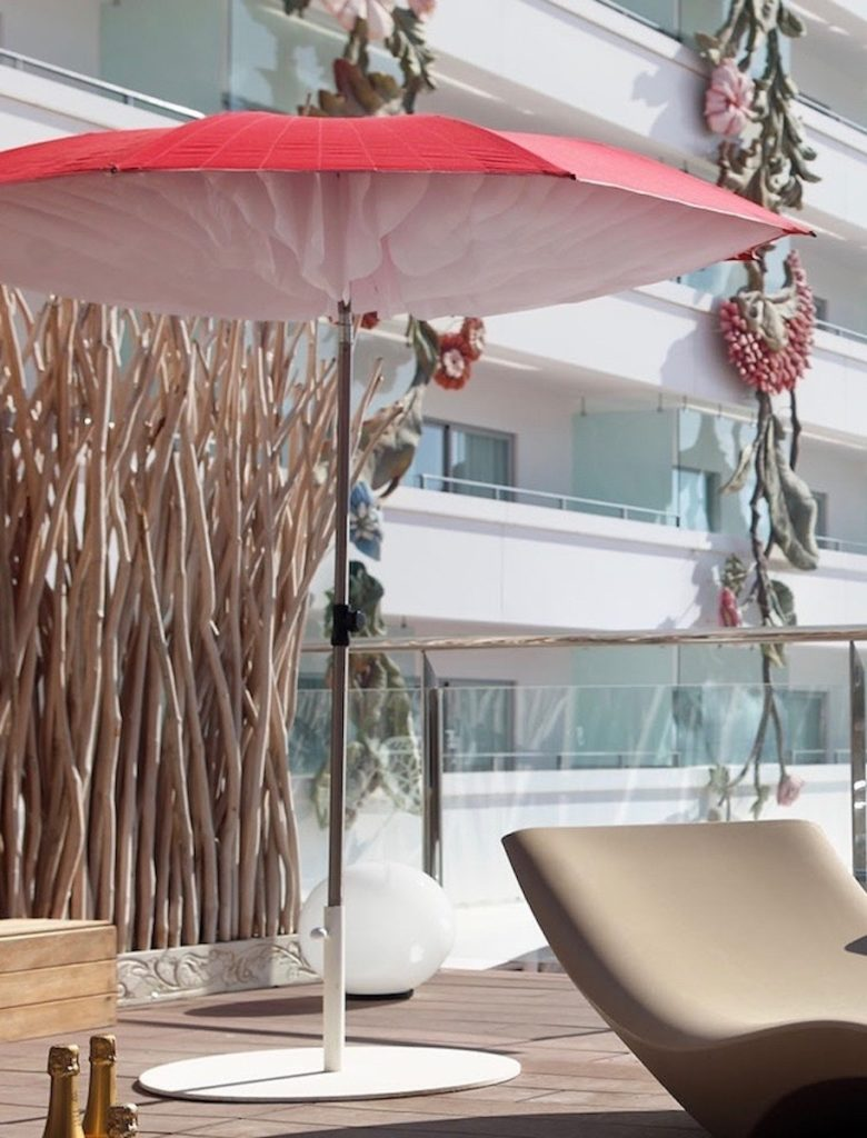 parasol design paddo terrasse extérieur rouge forme champignon bois - blog déco - clemaroundthecorner
