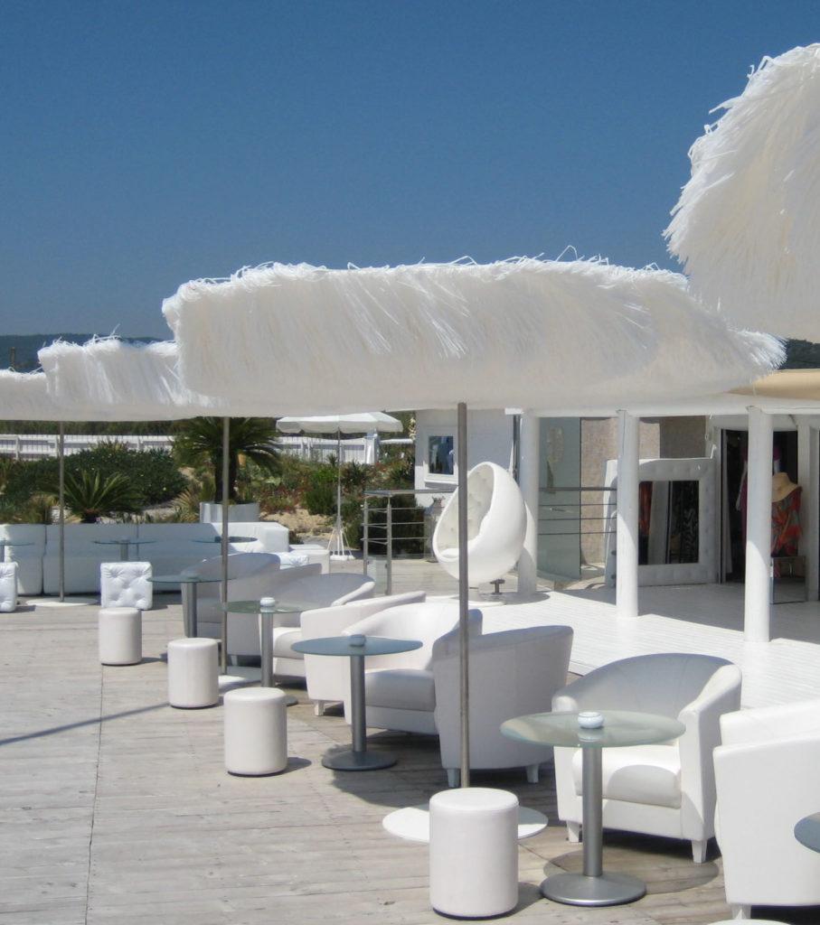 parasol design frou frou blanc terrasse bord de mer fauteuil décoration extérieur déco clemATC