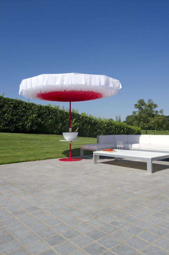 parasol design pour extérieur bloom rouge et blanc terrasse jardin - blog déco - clenaroundthecorner