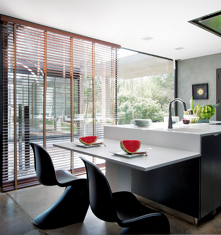cuisine ouverte moderne industriel effet béton chaise de bar ronde noire clemaroundthecorner