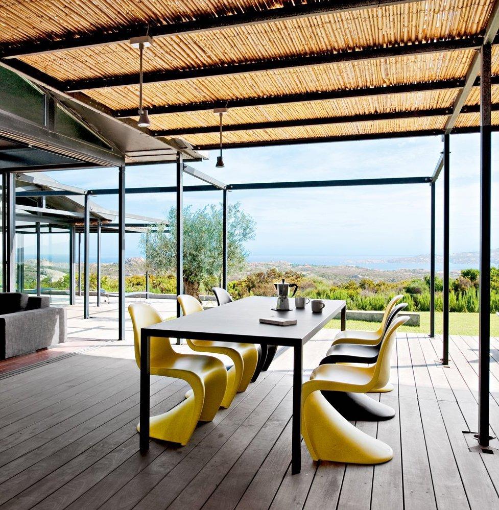 chaise panton jaune design iconique outdoor terrasse bois toit osier poutre métallique clemaroundthecorner