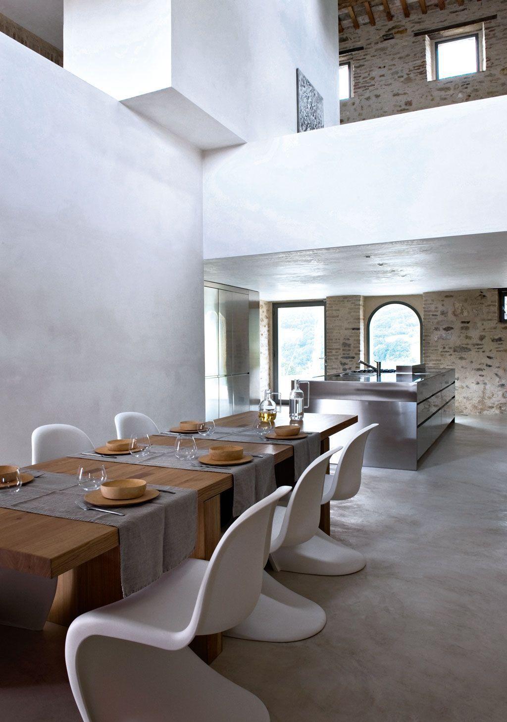 blog déco chaise ronde blanche table bois mur pierre salon spacieux