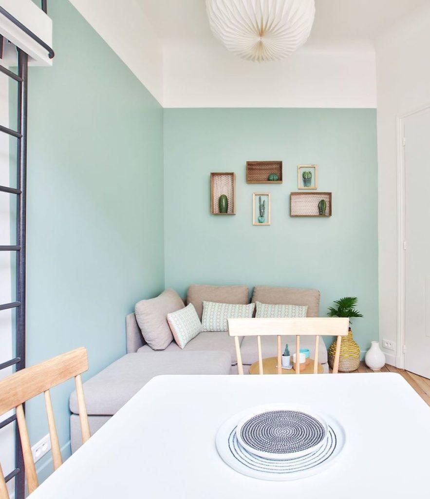 studio parisien 18m2 cuisine ouverte salle à manger séjour ouvert salon canapé mur de couleur clem ATC