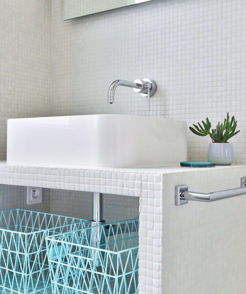 studio paris 18m2 parisien meuble sur mesure mosaïque blanche rangement vasque à poser la salle de bain - blog déco - clem ATC