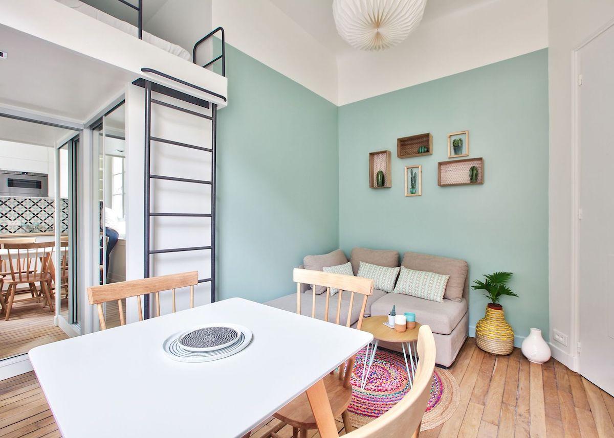 studio 18m2 parisien parquet bois salle à manger séjour ouvert canapé gris chaise table armoire dressing porte miroir peinture tapis rotin - blog déco - clem ATC
