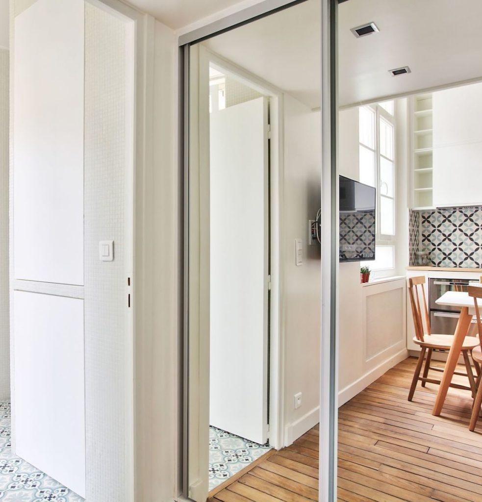 studio 18m2 parisien dressing miroir mezzanine carreaux de ciment rangement - blog déco - clem around the corner