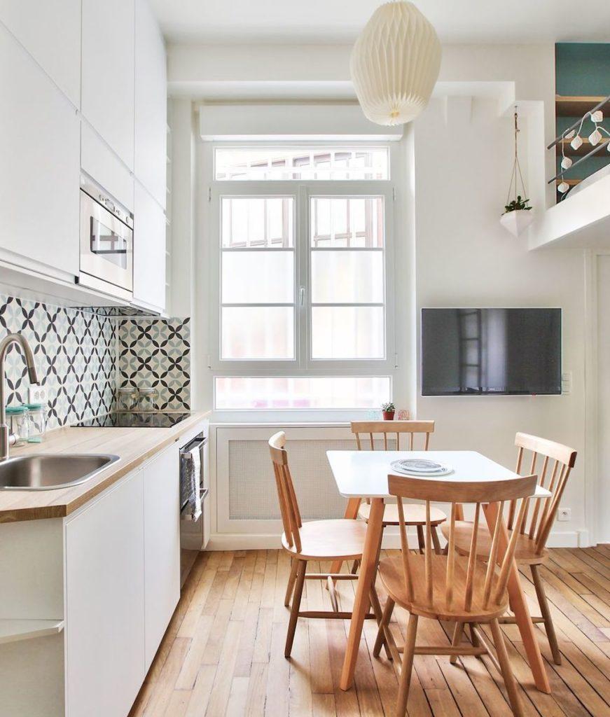 studio 18m2 paris appartement parisien parquet bois salle à manger cuisine ouverte table bois chaise lit mezzanine - blog déco - clem around the corner