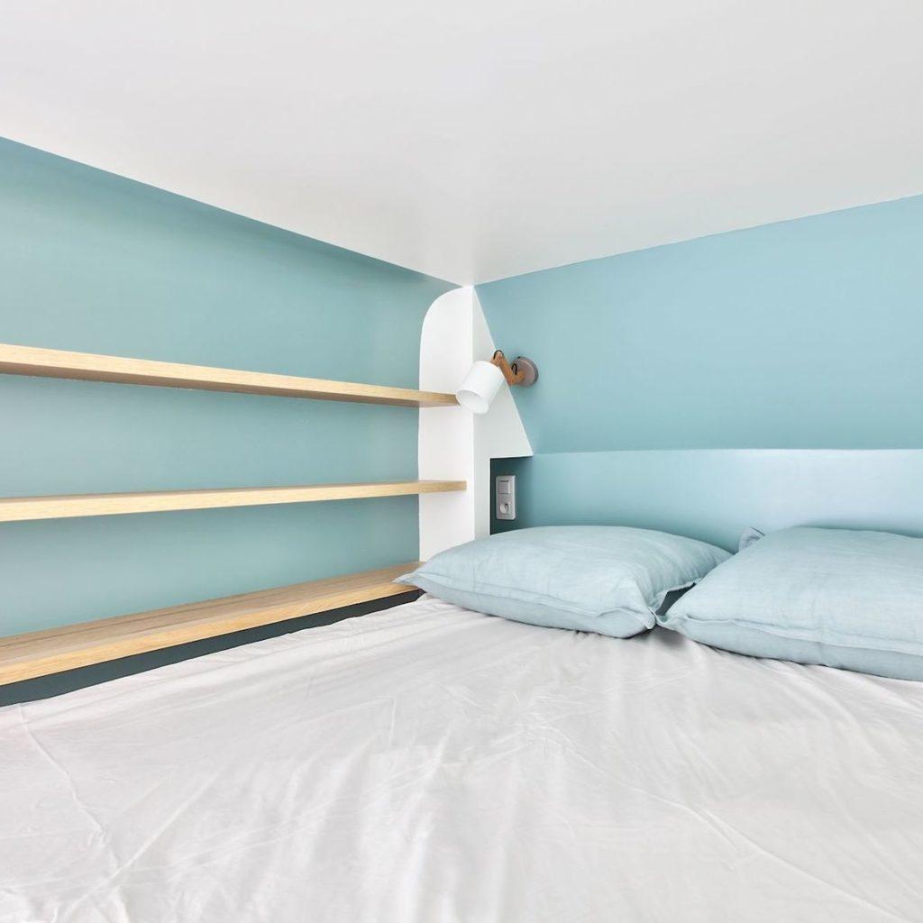 studio 18m2 lit mezzanine peinture bleu glacier étagère bois prise applique murale