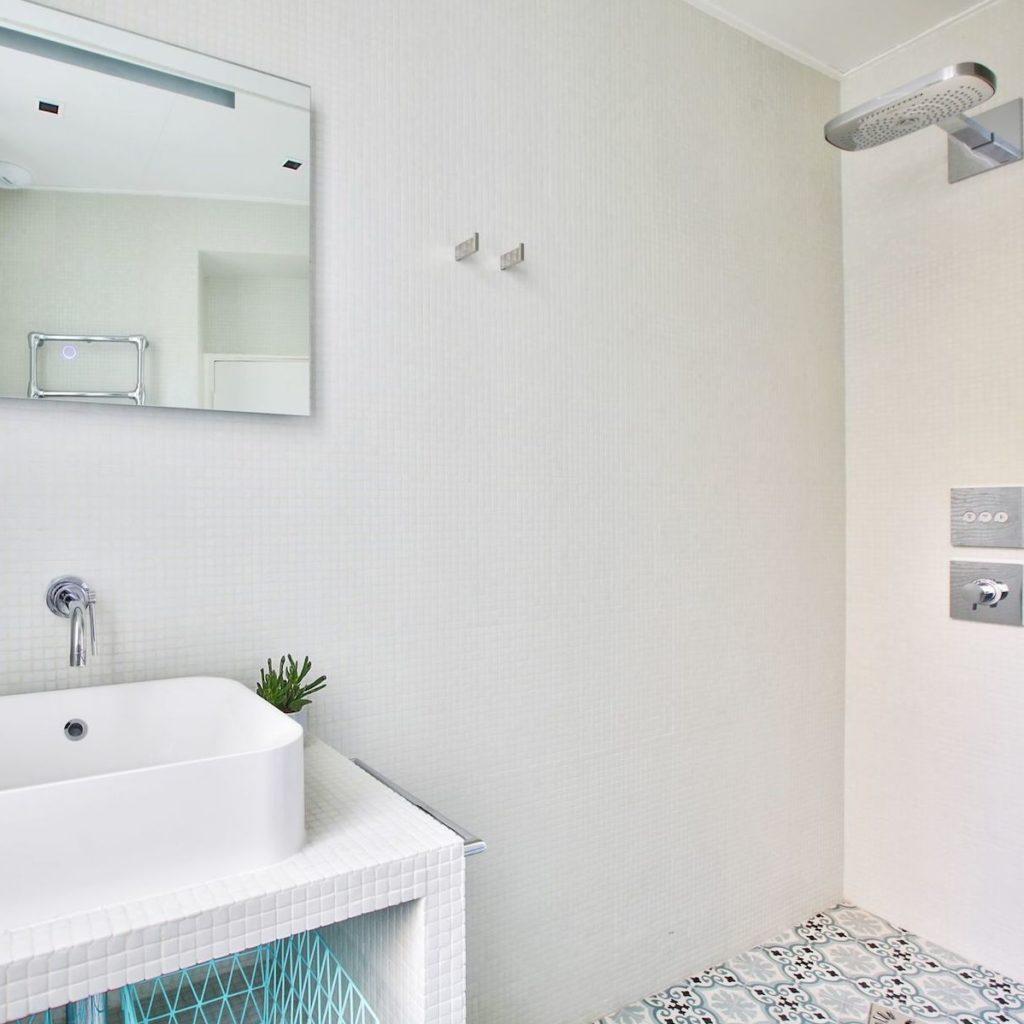 salle de bain mosaïque blanche douche italienne lavabo bleu blanc vasque à miroir led - blog déco - clem around the corner