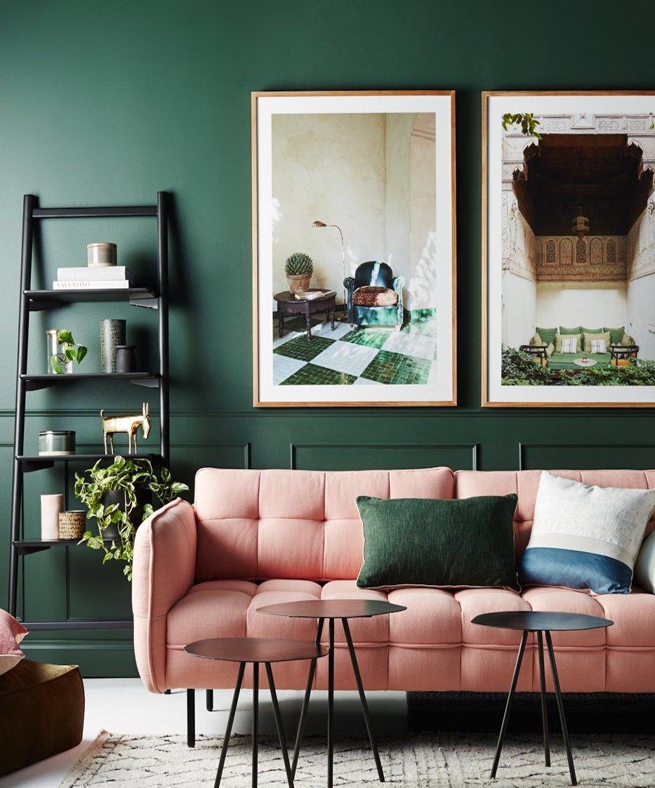 clemaroundthecorner salon chic feutré canapé rose pastel déco couleur vert sapin