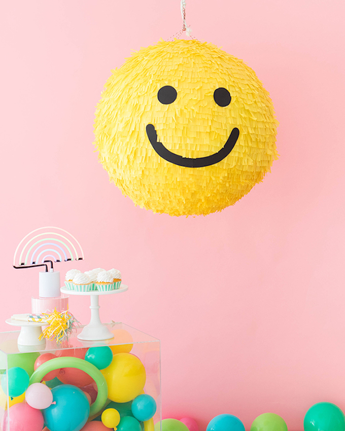 diy piñata facile à faire smiley jaune qui sourit papier crépon couleurs ballons cupcakes - blog déco - clem around the corner
