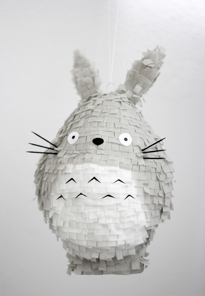 diy piñata facile à faire décoration idée totoro gris blanc noir - blog déco - clem around the corner