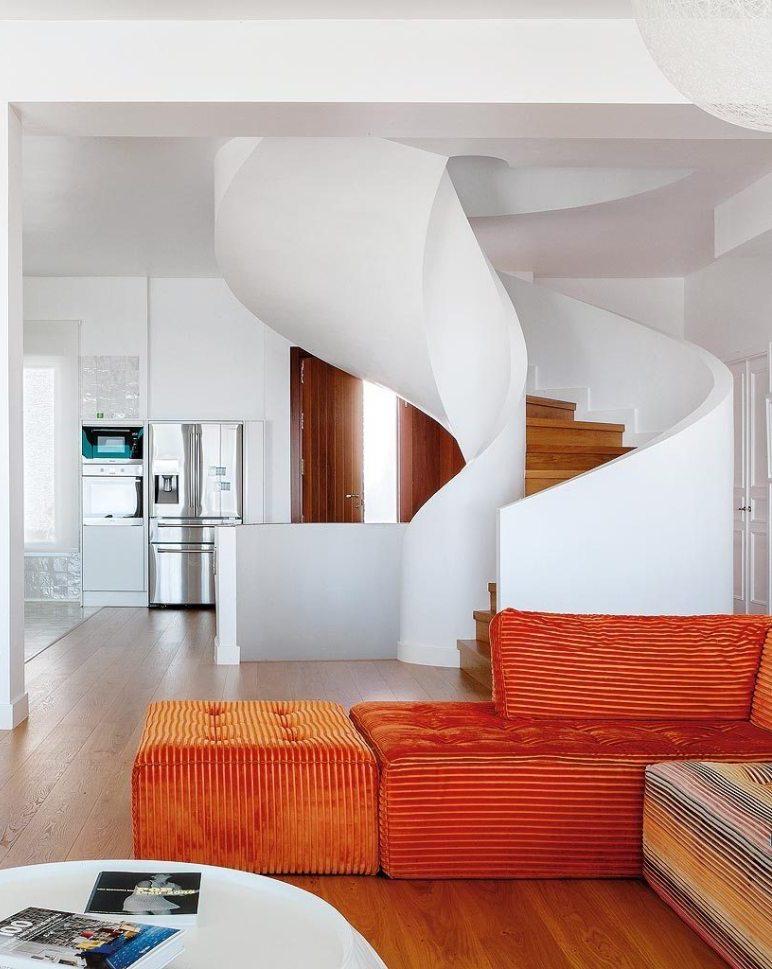 maison à malaga canapé velours orange cuisine américaine ouverte sur salon escalier contemporain - blog déco - clem around the corner