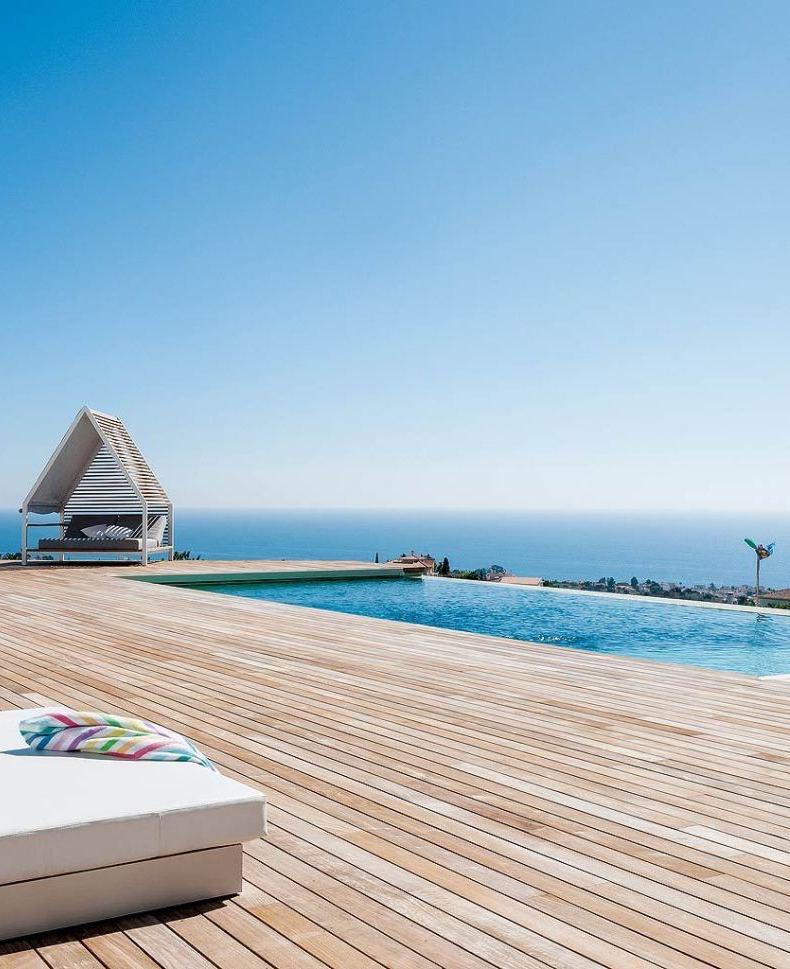 piscine à débordement terrasse palette bois vue paysage