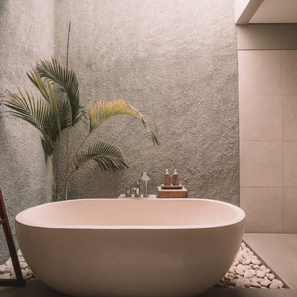 la maison écologique salle de bain baignoire ilôt porte serviettes galets palmier plante verte astuces recettes - blog déco -clem around the corner