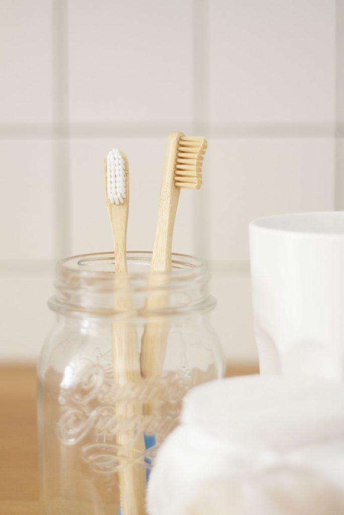 Brosse à dents en bambou salle de bain pot gobelet verre carrelage blanc