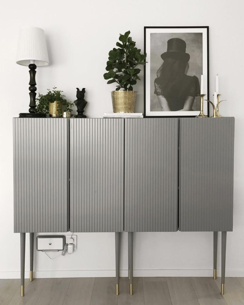 clemaroundthecorner meuble gris finition laiton sobre élégant idée déco salon Ikea hack IVAR
