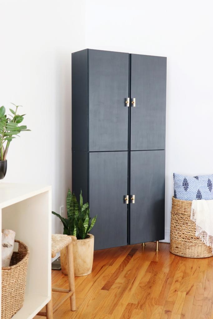 clemaroundthecorner meuble bleu finition poignée pieds laiton chic déco chambre