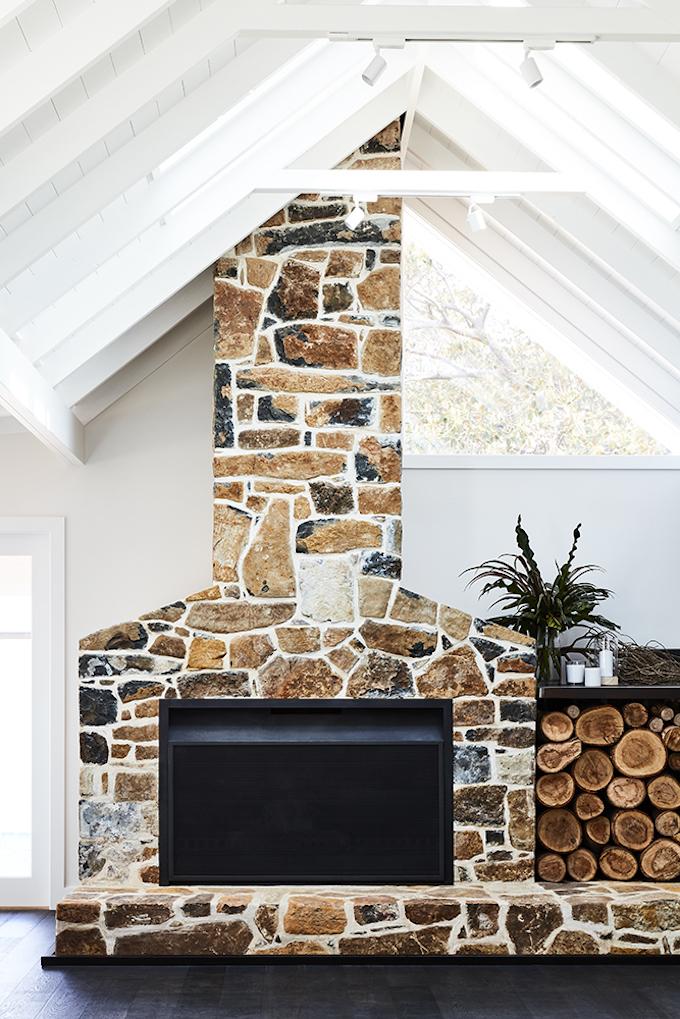 transformation d'une ferme en maison de vacances salon cheminée pierre blog déco