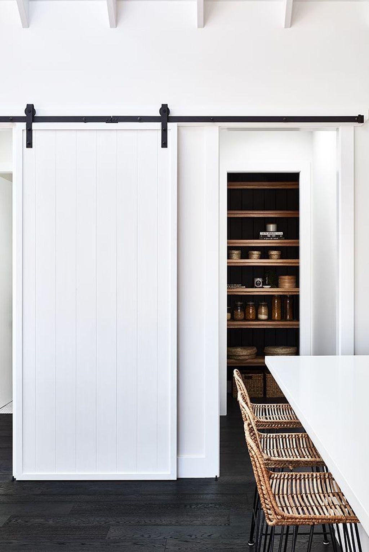 transformation d'une ferme en maison de vacances cuisine ouverte chaise de bar rotin mur blanc blog déco