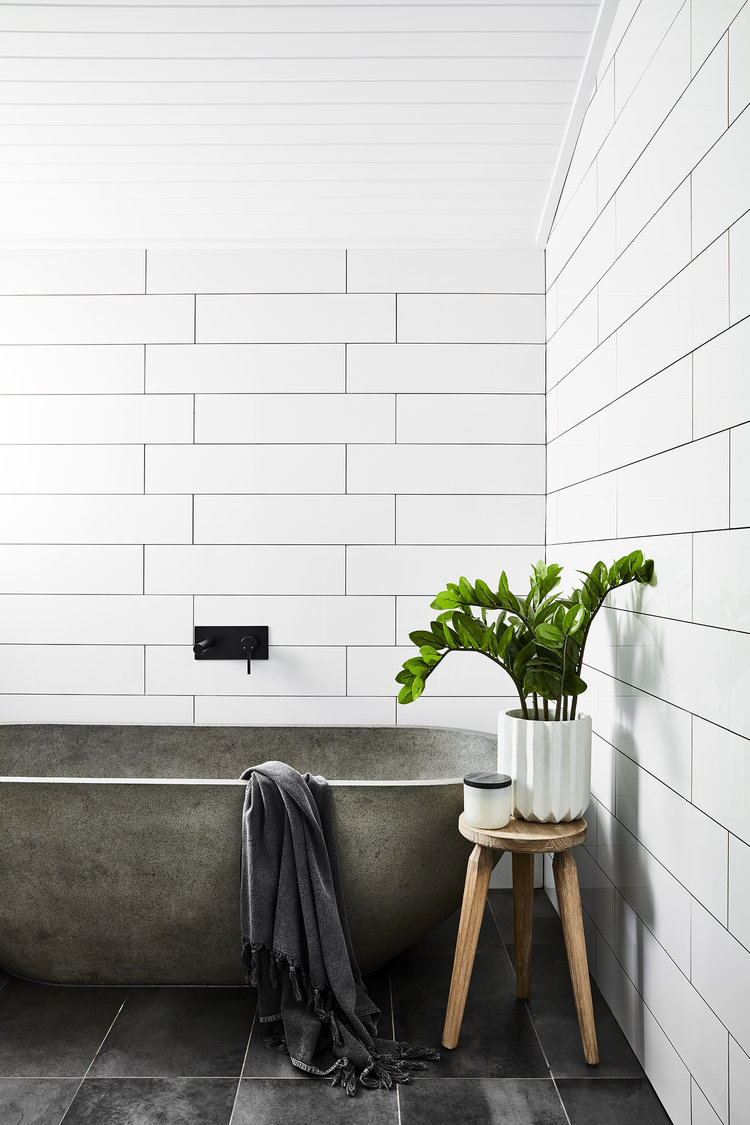 salle de bain blanche baignoire moderne pierre effet béton clemaroundthecorner