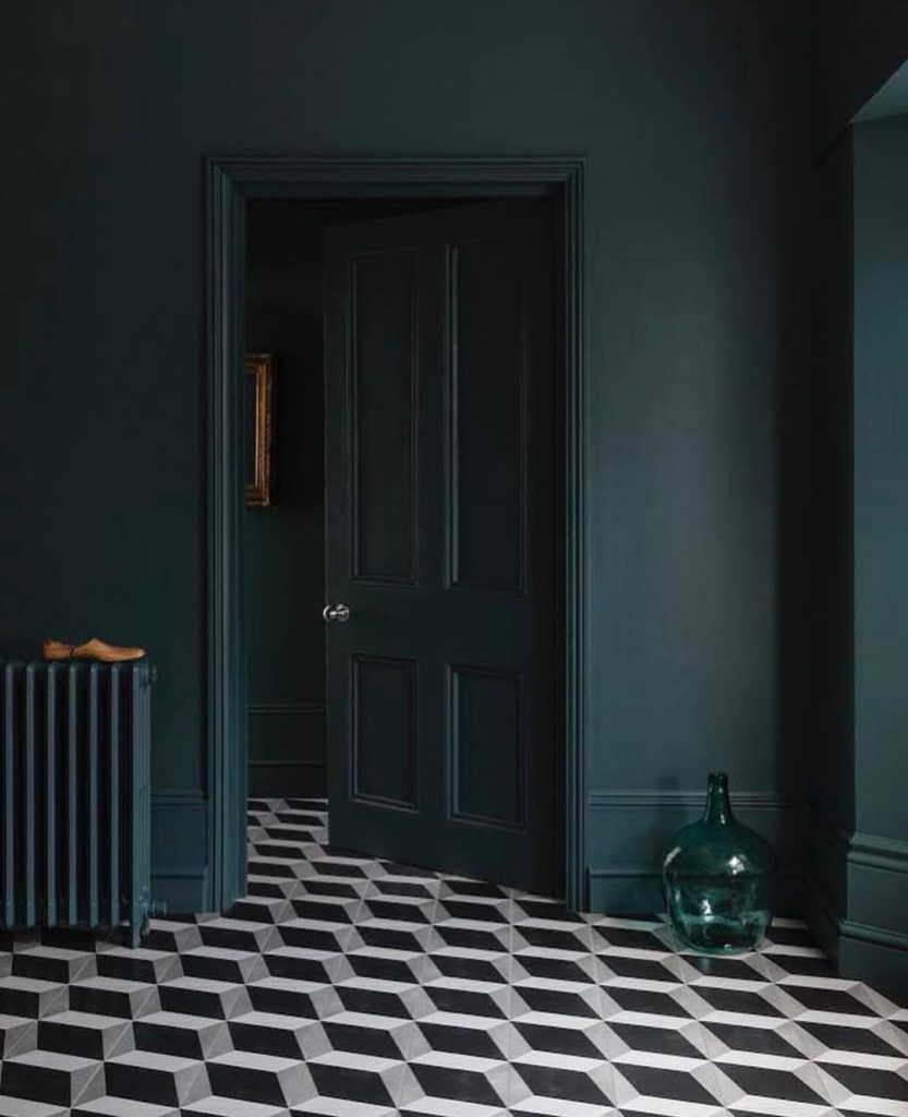 blog déco couloir vert foncé sol noir et blanc géométrique