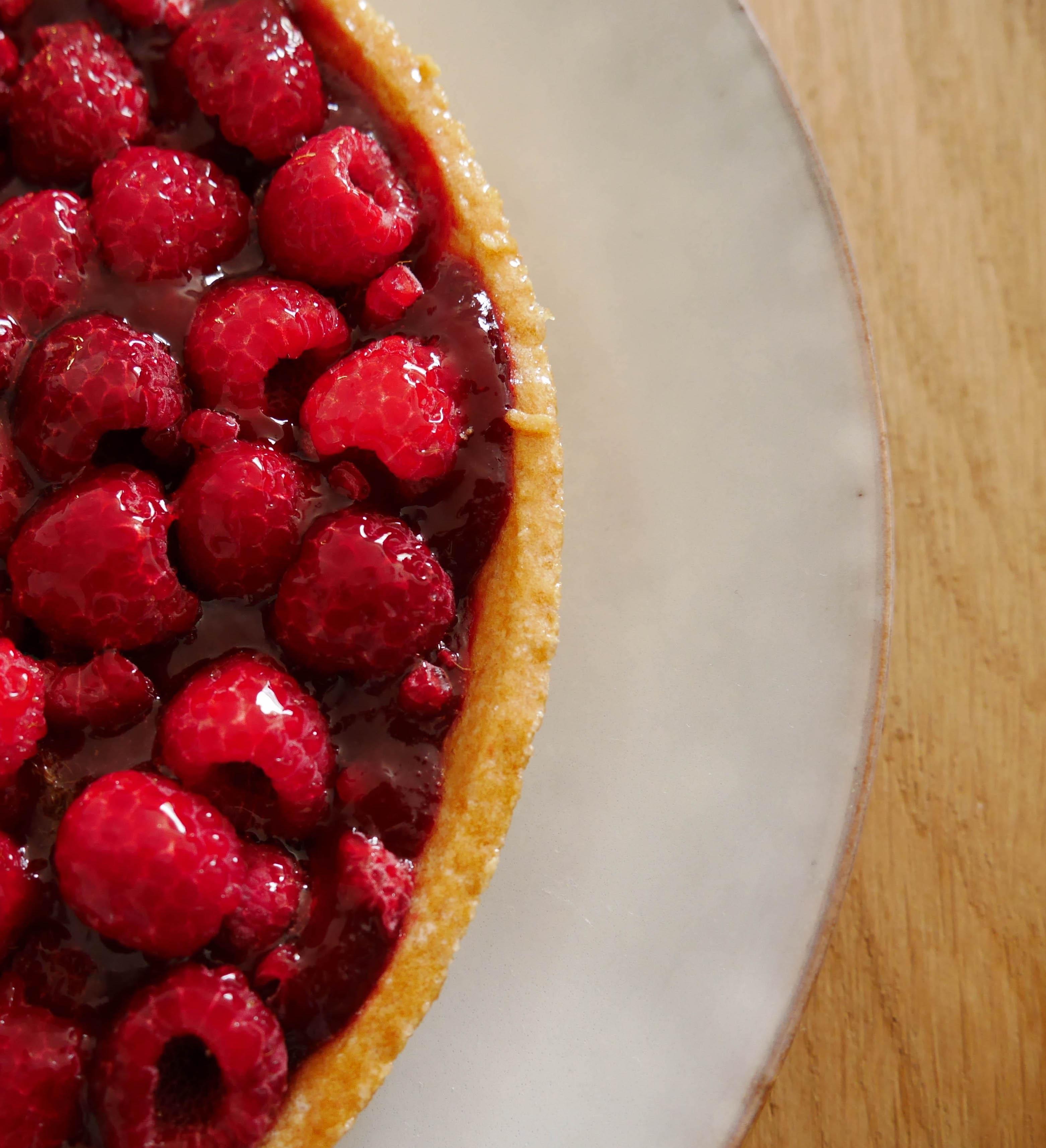 blog déco goûter luxueux assiette blanche rustique tarte fruit rouge table bois