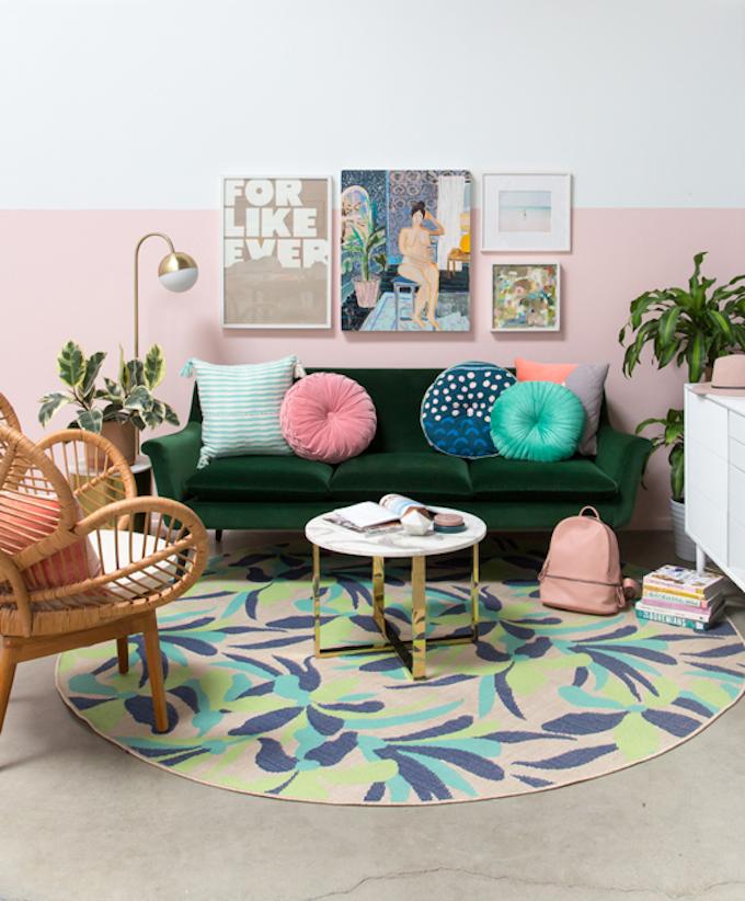 clemaroundthecorner salon lumineux coloré style californien fauteuil rotin déco couleur vert sapin