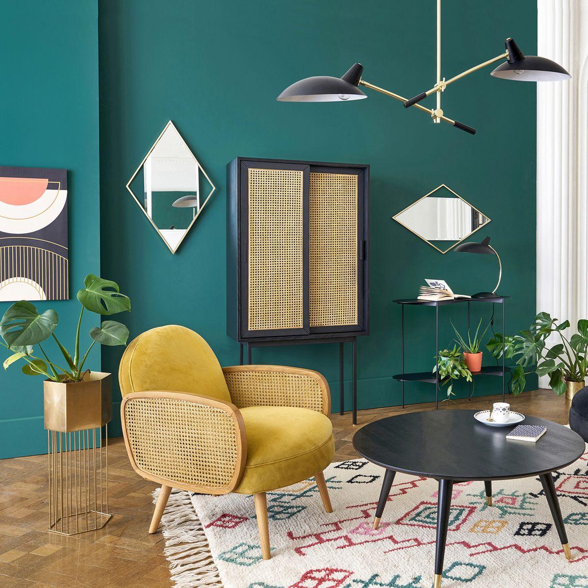 clemaroundthecorner salon moderne vintage fauteuil rond cannage jaune moutarde mur bleu miroir losange laiton