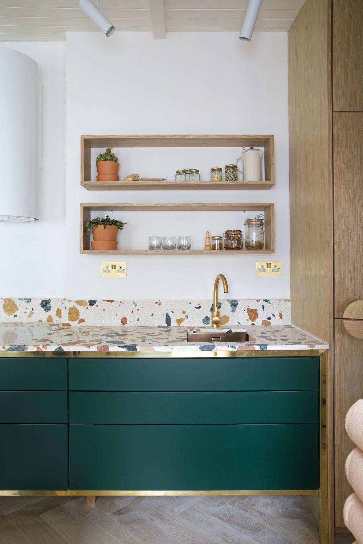cuisine tendance laiton et terrazzo vert foncé blog clemaroundthecorner