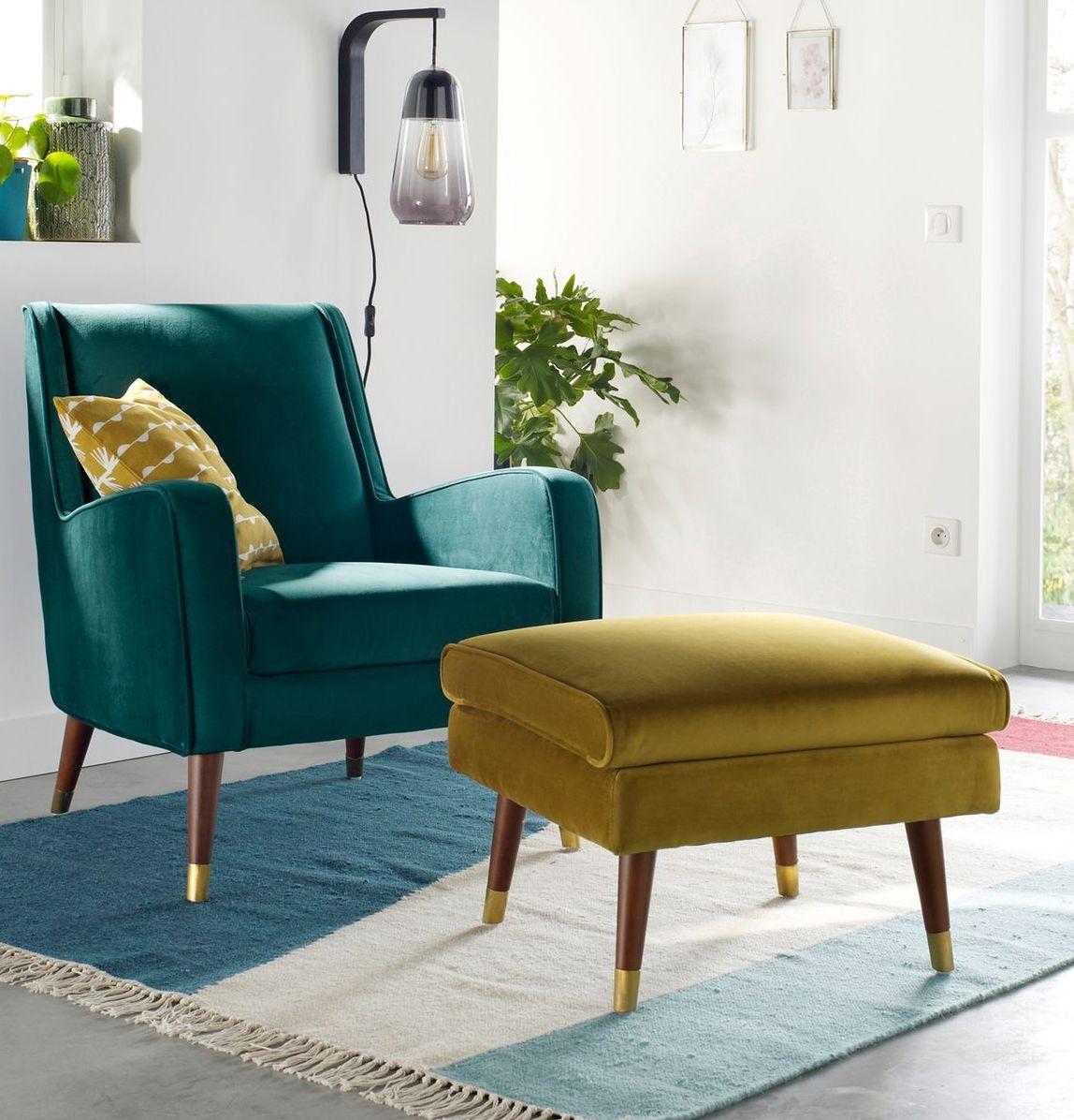 déco été vintage brazil petit salon fauteuil bleu pouf jaune moutarde velours style sobre élégant