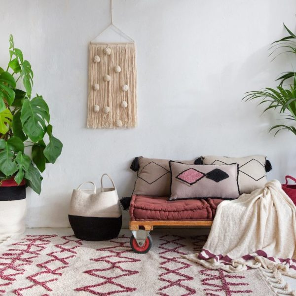 déco tendance tapisserie rouge et blanc salon style bohème clemaroundthecorner