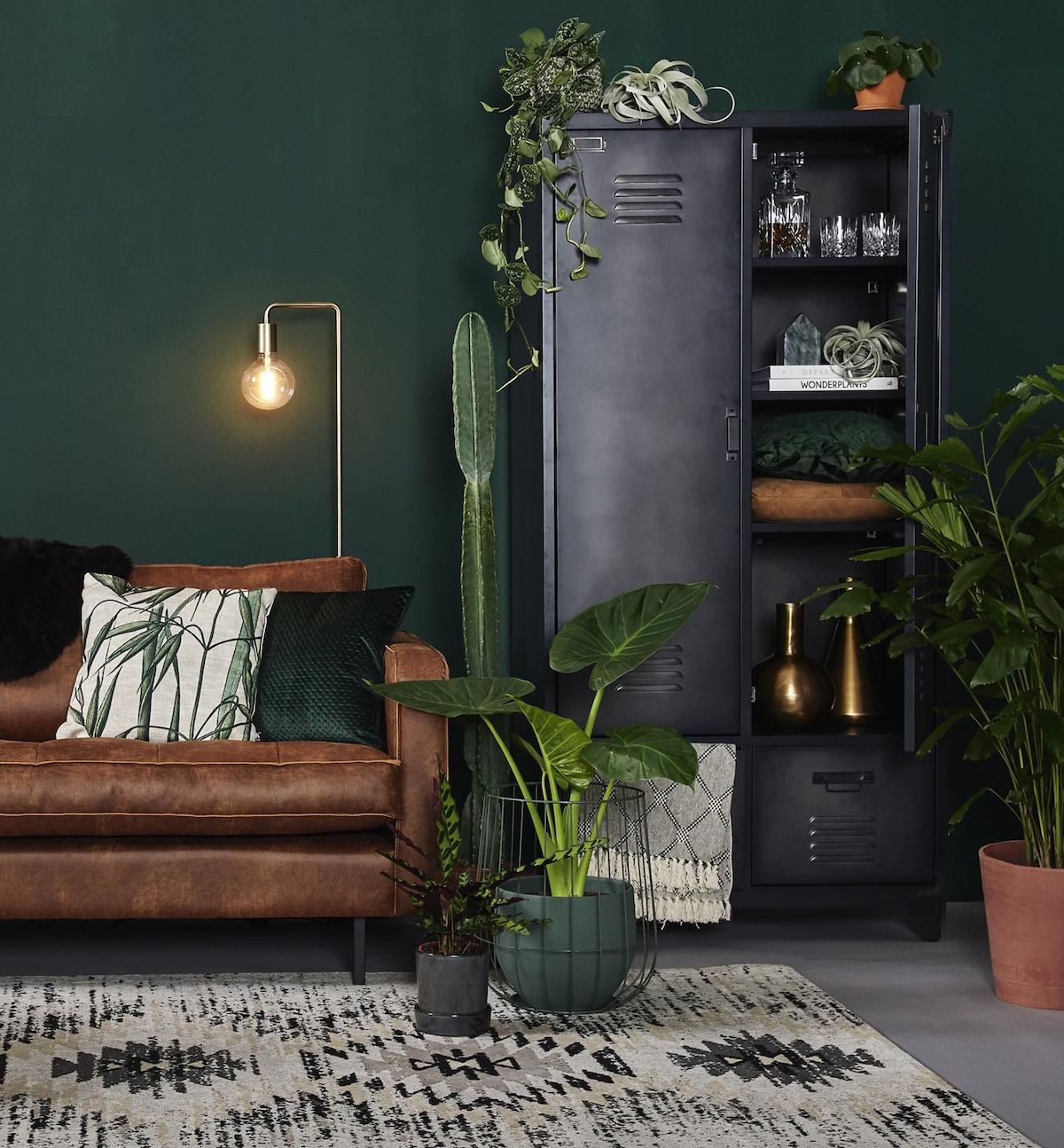 salon urban jungle plante verte industriel canapé cuir blog déco