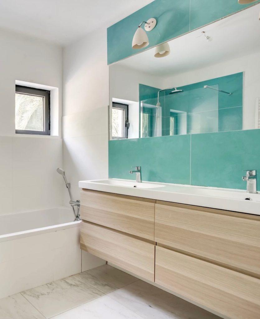 salle de bain bleu meuble bois clair - blog déco - clemaroundthecorner