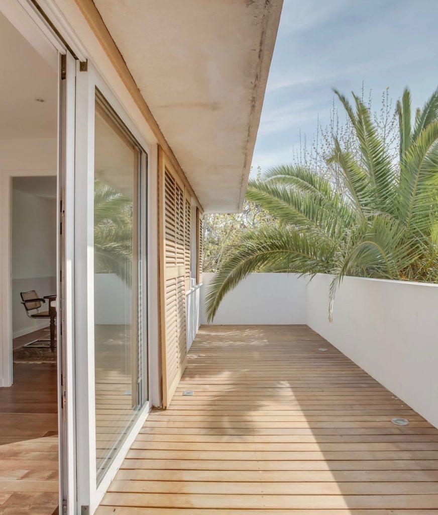 balcon terrasse bois garde corps mur blanc baie vitrée palmier feuille - blog déco - clematc