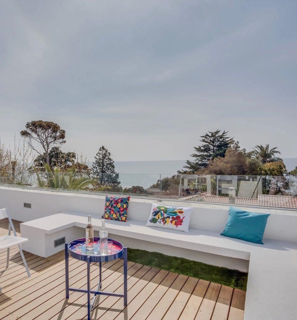 terrasse bois sur toit de la maison saint raphaël bord de mer banc blanc coussin table basse - blog déco - décoration