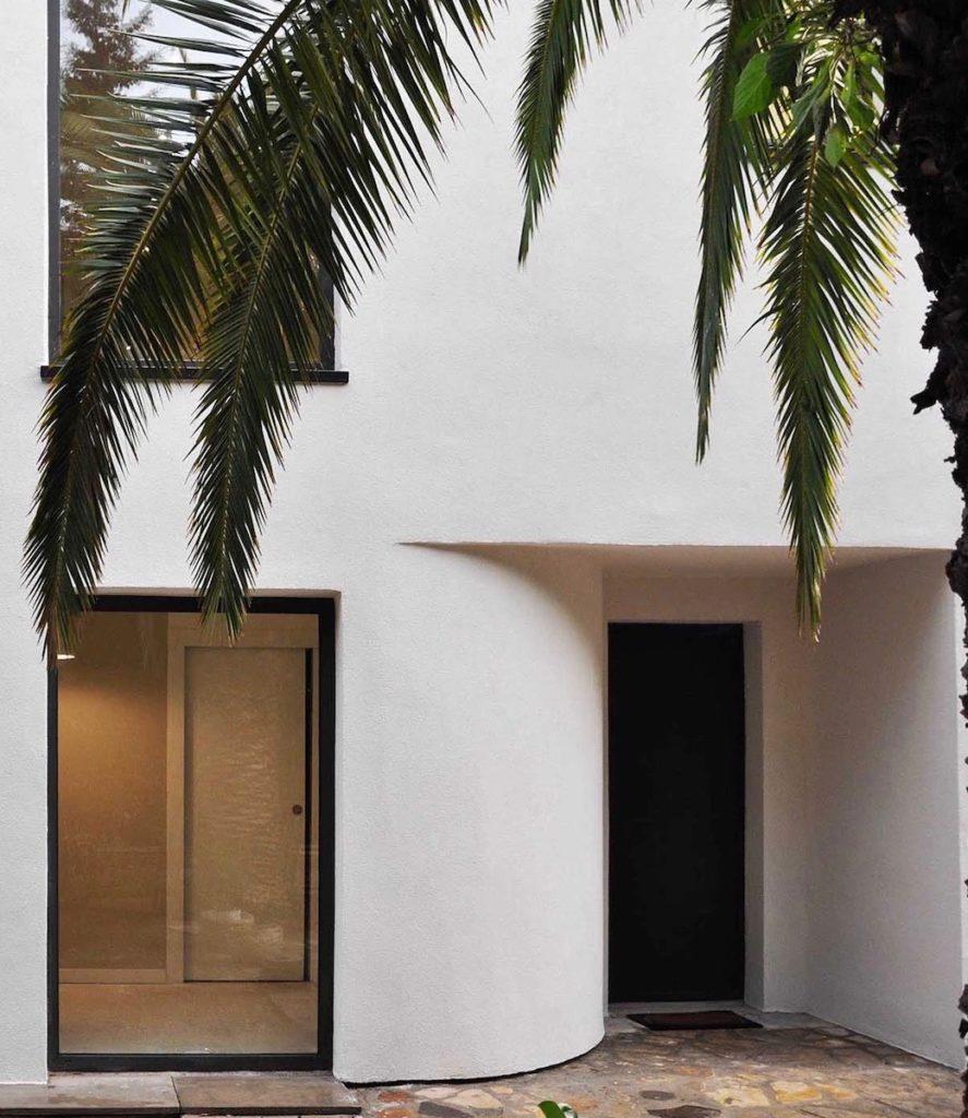 facade extérieure blanche palmier fenêtre noire baie vitrée maison sud bord de mer clematc