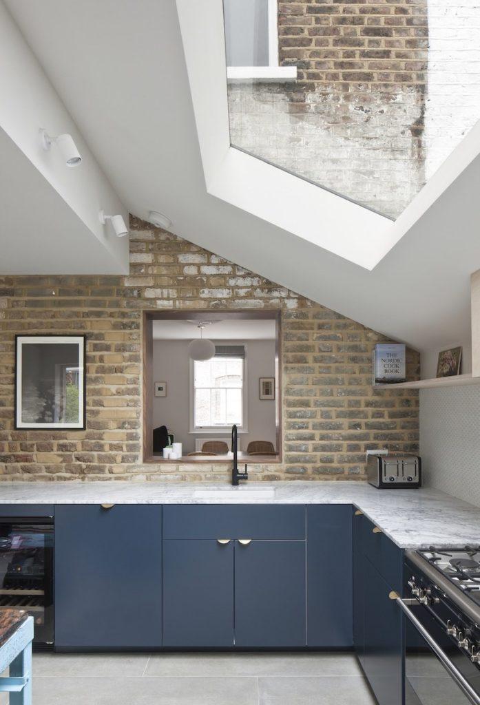 cuisine tendance maison londonienne rénovation extension revêtement marbre blanc cuisine bleu mur de briques clematc