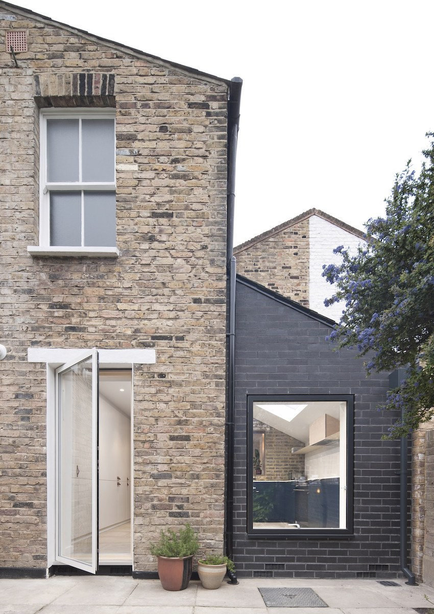 Façade vue du jardin mur de briques extension design en briques noires cuisine - blog déco - clemaroundthecorner