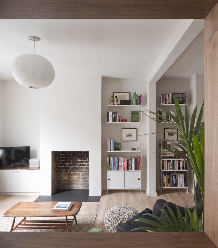 séjour salon spacieux cheminée incrustée intérieure rénovée tendance clematc