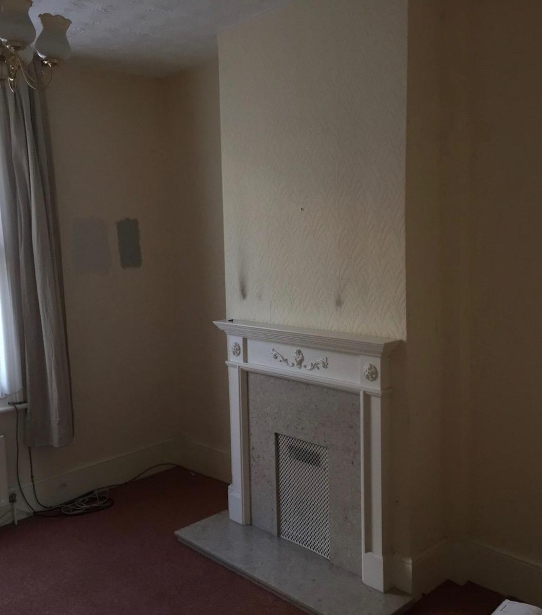 salon séjour avant rénovation maison londonienne cheminée moquette rouge