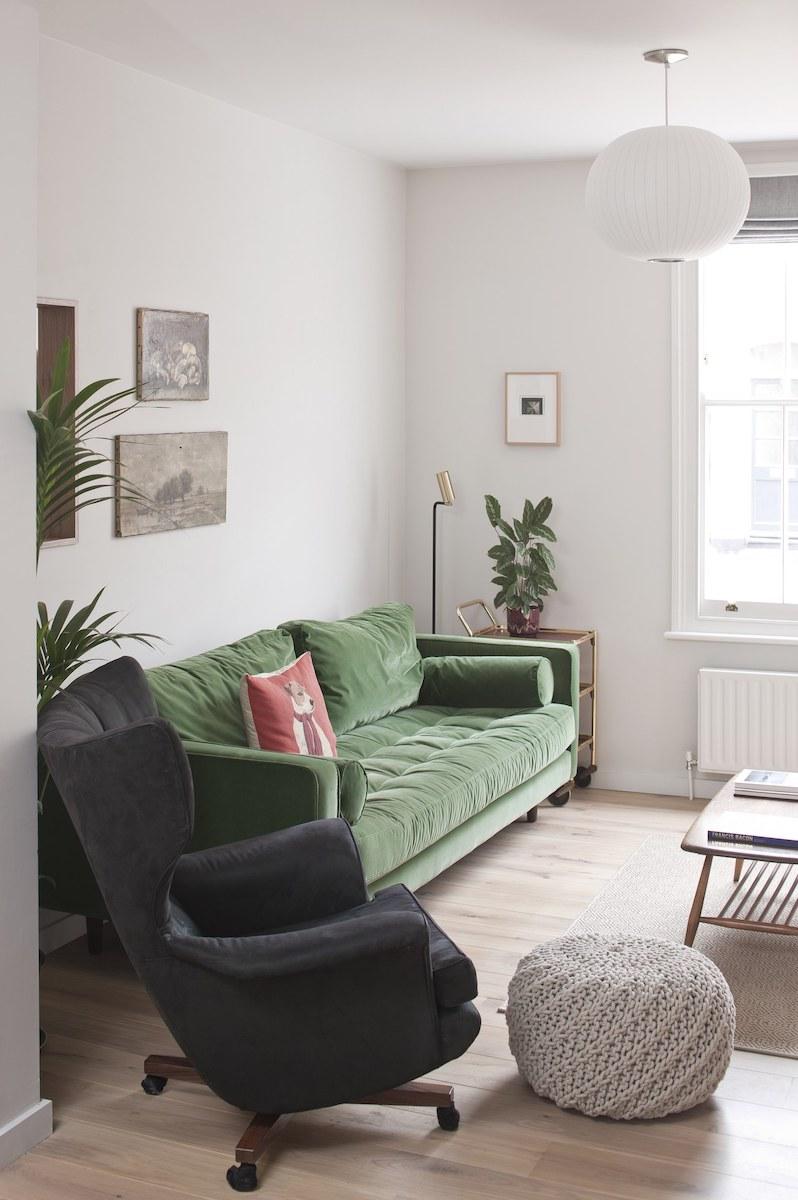 salon canapé vert fauteuil noir séjour design spacieux et lumineux - blog déco - clemaroundthecorner